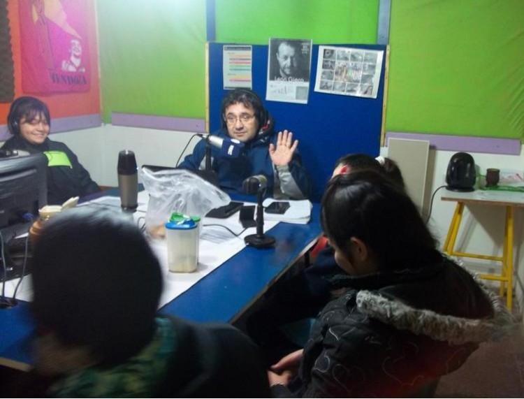 Roberto Pino, conductor de Radio Comunitaria Cuyum y chicos de la Escuela Burgoa.