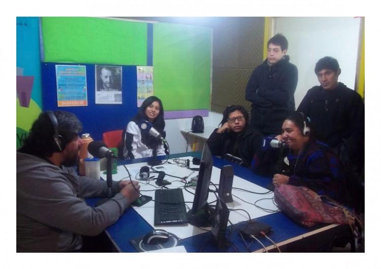 """Condutores y estudiantes de la FEEyE durante el programa de noticias """"Parar la Olla"""" de Radio Cuyum (mayo 2015)."""