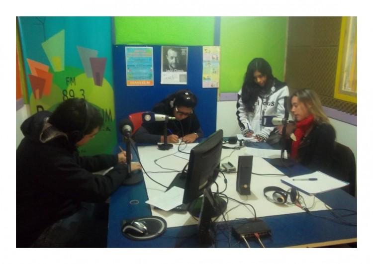 Matias Pérez, Joselie Cayo, Delia Cruz y Jacqueline Ferreyra redactando las noticias en el estudio de la Radio Cuyum (mayo 2015).