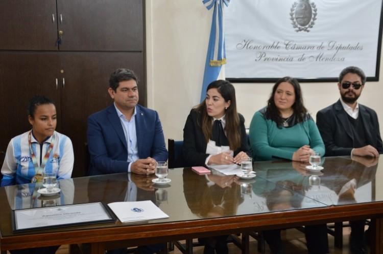 De izquierda a derecha: Agustina Miranda, Fabricio Cuaranta, Tamara Salomón, María Azcárate y Juan Carlos González. Foto Gentileza Prensa Diputados de Mendoza